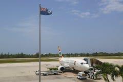 Cayman Airways Boeing 737 przy Owen Roberts lotniskiem międzynarodowym przy Uroczystym kajmanem Zdjęcie Stock