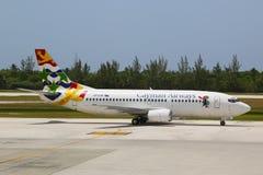 Cayman Airways Boeing 737 przy Owen Roberts lotniskiem międzynarodowym przy Uroczystym kajmanem Fotografia Royalty Free