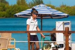 CAYO缓慢地,古巴- 2017年5月10日:有一条狗的妇女在游艇 免版税库存照片
