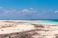CAYO LARGO, CUBA - 10 DE MAYO DE 2017: Paraíso de Playa de la playa de Sandy Copie el espacio para el texto Foto de archivo libre de regalías