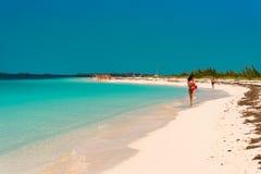 CAYO LARGO, CUBA - 8 DE MAYO DE 2017: Paraíso de Playa de la playa de Sandy Copie el espacio para el texto Fotos de archivo libres de regalías