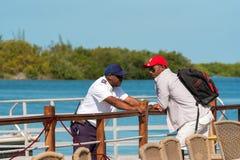 CAYO LARGO, CUBA - 10 DE MAYO DE 2017: Dos hombres africanos en cubierta Copie el espacio para el texto Imagen de archivo libre de regalías