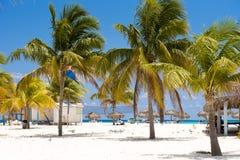 CAYO LARGO, CUBA - 10 DE MAYO DE 2017: Vista de la playa arenosa y de los edificios Copie el espacio para el texto Fotografía de archivo libre de regalías