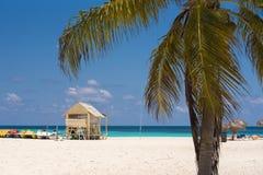 CAYO LARGO, KUBA - 10. MAI 2017: Aussichtsturm auf dem sandigen Strand Kopieren Sie Raum für Text Lizenzfreies Stockfoto