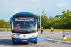 CAYO LARGO, KUBA - 10. MAI 2017: Bus am Flughafen Kopieren Sie Raum für Text Stockfotografie