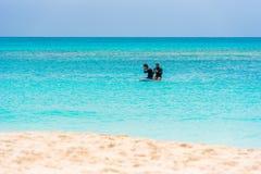 CAYO LARGO, KUBA - 10. MAI 2017: Zwei Surfer auf dem Strand des Playa-Paradieses Kopieren Sie Raum für Text Stockfotografie