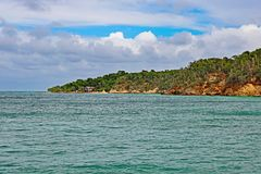 Cayo Saetia, Kuba från vattnet Arkivfoto