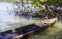 Cayuco en bois local de bateau transportant des bières Photo stock