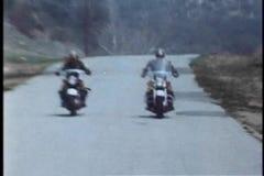 Caza de alta velocidad de la motocicleta en la carretera nacional almacen de metraje de vídeo