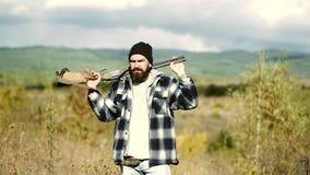 Caza de la montaña La caza es la práctica de los animales de la matanza o de la interceptación Búsqueda en el bosque almacen de video