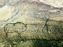 Caza del búfalo Pintura de la caza humana en la pared de la piedra arenisca, imagen prehistórica Foto de archivo