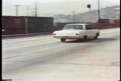 Caza del coche policía en la carretera almacen de video