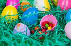 Caza del huevo de Pascua con el caramelo Imágenes de archivo libres de regalías