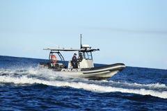 Caza del oficial de policía en el barco de la gasolina Fotos de archivo libres de regalías