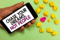 Caza del texto de la escritura de la palabra sus sueños, no gente El concepto del negocio para no sigue otros que persiguen al ho imagenes de archivo