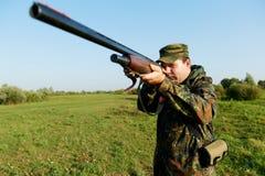 Cazador con el arma del rifle Fotografía de archivo
