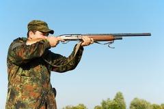 Cazador con el arma del rifle Fotos de archivo libres de regalías