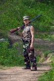 Cazador con el arma a disposición Imagen de archivo