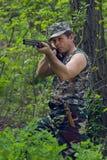 Cazador con el arma a disposición Fotos de archivo