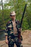 Cazador con el arma en manos Fotografía de archivo libre de regalías