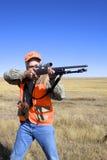Cazador con el rifle llevado a hombros Foto de archivo libre de regalías
