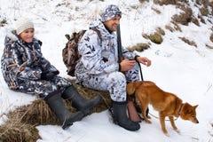 Cazador con su hijo y perro Imagenes de archivo
