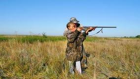 Cazador con una caza de la muchacha almacen de metraje de vídeo