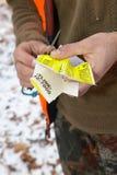 Cazador con una etiqueta de la cuota de la caza en sus manos imagen de archivo libre de regalías