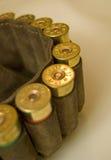 Cazador de la pistolera con los cartuchos de la escopeta Fotos de archivo