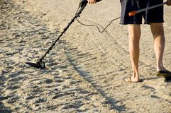 Cazador de tesoro en la playa. Foto de archivo libre de regalías