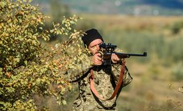 Cazador del hombre con el arma del rifle Boot Camp Cazador barbudo del hombre Fuerzas del ejército camuflaje Uniforme militar Hab foto de archivo