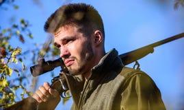 Cazador del hombre con el arma del rifle Boot Camp Habilidades de la caza y equipo del arma Cómo caza de la vuelta en la afición  imagenes de archivo