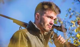 Cazador del hombre con el arma del rifle Boot Camp Habilidades de la caza y equipo del arma C?mo caza de la vuelta en la afici?n  foto de archivo libre de regalías