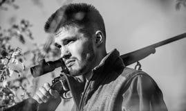 Cazador del hombre con el arma del rifle Boot Camp Habilidades de la caza y equipo del arma C?mo caza de la vuelta en la afici?n  fotografía de archivo