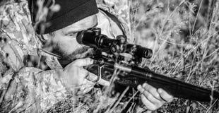Cazador del hombre con el arma del rifle Boot Camp Habilidades de la caza y equipo del arma C?mo caza de la vuelta en la afici?n  fotos de archivo