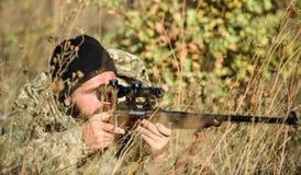 Cazador del hombre con el arma del rifle Boot Camp Moda del uniforme militar Cazador barbudo del hombre Fuerzas del ejército camu foto de archivo libre de regalías