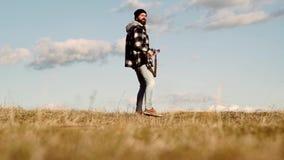Cazador del hombre con un arma Búsqueda de período Un cazador con una forma de búsqueda del arma y de la búsqueda para cazar en b metrajes