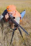 Cazador del rifle en la posición propensa Imagenes de archivo