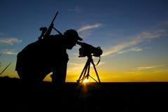 Cazador del rifle en salida del sol fotografía de archivo libre de regalías