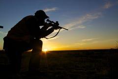 Cazador del rifle en salida del sol Imagen de archivo libre de regalías