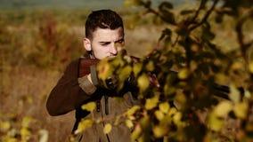 Cazador del vintage Hunter Target con vista del laser Vista que colima Cazador que apunta con el rifle metrajes