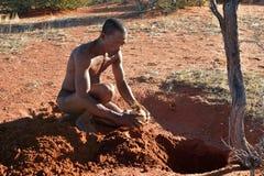 Cazador en el desierto de Kalahari, Namibia de los bosquimanos Imagen de archivo