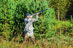 Cazador en la caza en verano tardío Fotos de archivo libres de regalías