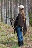Cazador femenino con el arma imagen de archivo libre de regalías