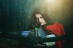 Cazador peligroso del Caperucita Rojo foto de archivo libre de regalías
