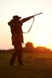 Cazador que apunta con el arma del rifle Imágenes de archivo libres de regalías