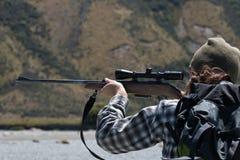 Cazador que mira con objetivo del rifle Fotos de archivo libres de regalías