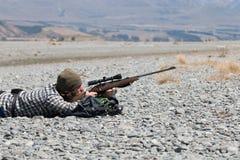 Cazador que mira con vista del rifle Fotos de archivo libres de regalías
