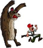 Cazador que se ejecuta de un oso enojado Foto de archivo libre de regalías