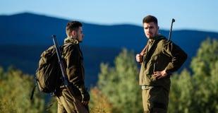 Cazadores del hombre con el arma del rifle Boot Camp Amistad de los cazadores de los hombres Fuerzas del ejército camuflaje Moda  imagenes de archivo